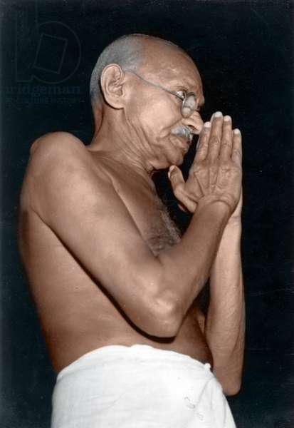 Mohandas Karamchand Gandhi dit Mahatma Gandhi (1869-1948), leader politique et spirituel indien, en pose de salutation a Bombay, mars 1946 - Mahatma Gandhi in greeting pose at Bombay, March 1946. ©Dinodia/Uig/Leemage