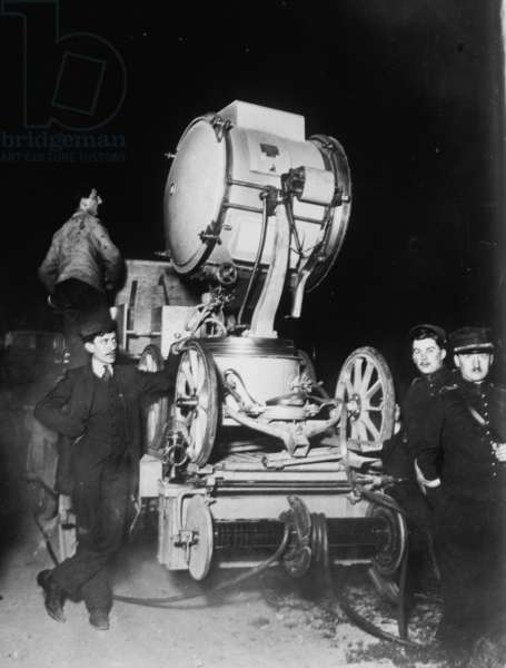 French Soldiers employ Searchlights to Scan the Sky for German Zeppelins 1919 (photo)