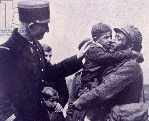 Spanish refugees reach the French border