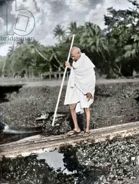 Mohandas Karamchand Gandhi dit Mahatma Gandhi (1869-1948), leader politique et spirituel indien, lors de la marche pour la paix a Noakhali, novembre 1946 - Mahatma Gandhi during his peace march in Noakhali, November 1946. ©Dinodia/Uig/Leemage