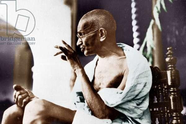 Mohandas Karamchand Gandhi dit Mahatma Gandhi (1869-1948), leader politique et spirituel indien, repondant a une adresse lors de sa tournee dans le district de Kheda et Surate (Inde), 1929 - Mahatma Gandhi replying to the address during his flying tour to Kaira and Surat district, 1929. ©Dinodia/Uig/Leemage
