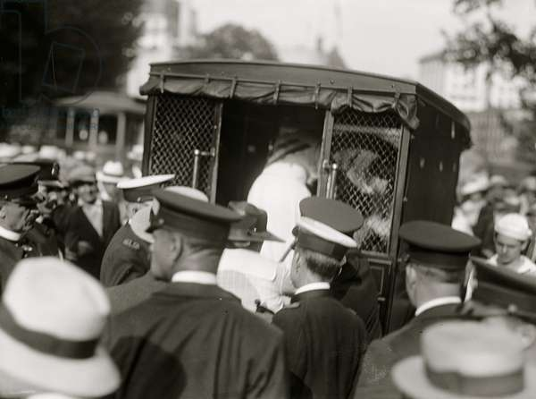 Suffragettes arrested and put in paddy wagon 1913 (photo)