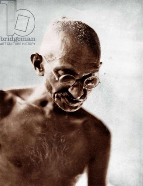 Mohandas Karamchand Gandhi dit Mahatma Gandhi (1869-1948), leader politique et spirituel indien, lisant a Mani Bhavan, Bombay (Inde), 1929 - Mahatma Gandhi reading a letter at Mani Bhavan , Bombay, 1929 ©Dinodia/Uig/Leemage
