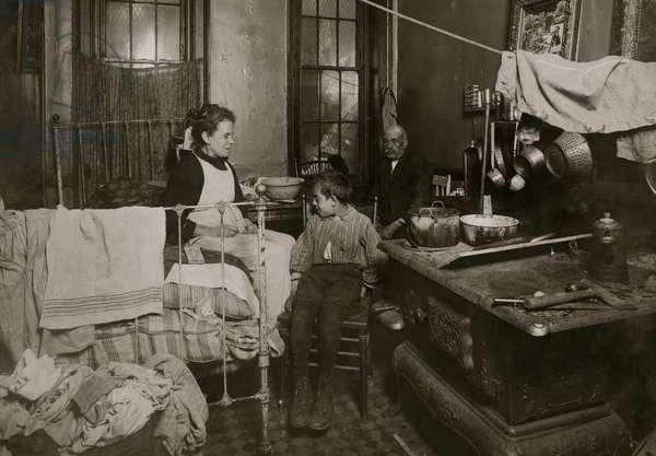 Tenement Apartment Home life 1913 (photo)