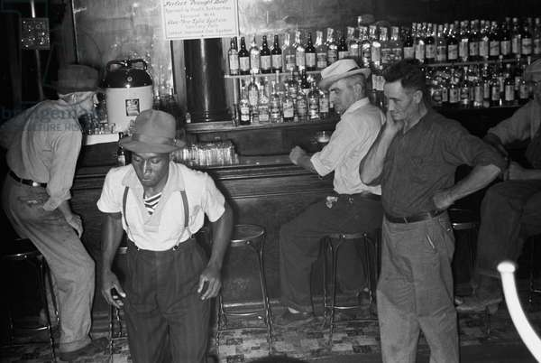 African American and whites at Wonder Bar, hot spot of Circleville, Ohio 1935 (photo)
