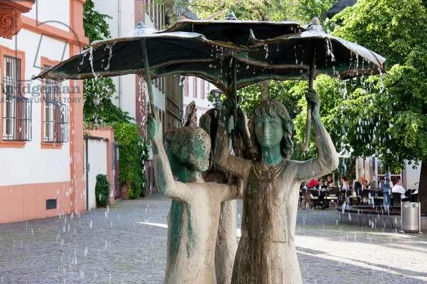 Statue of Girls in the Rain Fountain, Mainz, Germany (photo)