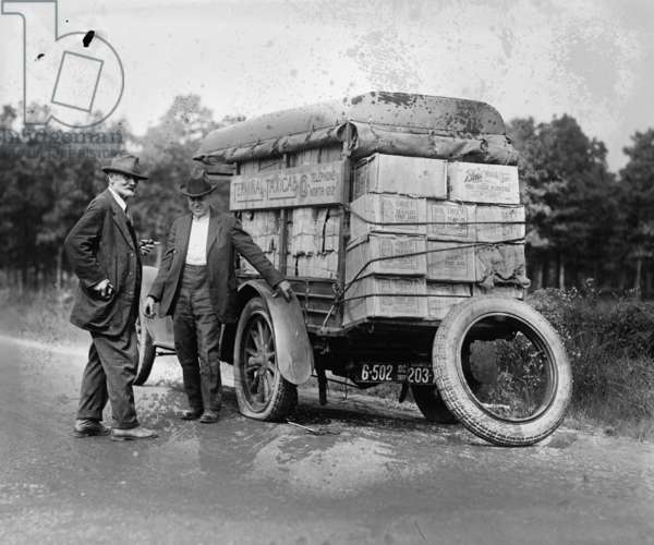 Agents capture a vehicle loaded with liquor as it got a flat tire 1922 (photo)