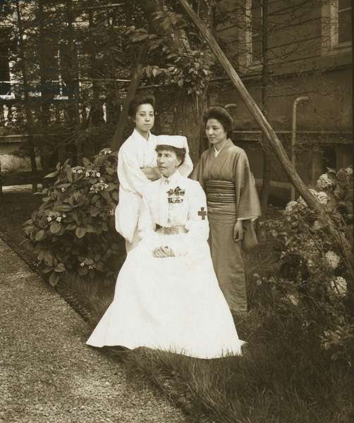 A western Red Cross female doctor and two Japanese women posed in a garden 1905 (photo)
