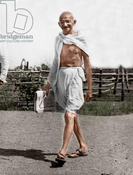 Mohandas Karamchand Gandhi dit Mahatma Gandhi (1869-1948), leader politique et spirituel indien marchant a Styagraha Ashram, 1645 - Mahatma Gandhi walking at Satyagraha Ashram, Sevagram, 1945. ©Dinodia/Uig/Leemage