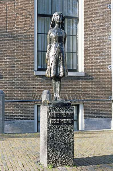 Holland, Amsterdam, Prinsengracht, Anne Frankhuis, statue of Anne Frank standing in front of museum