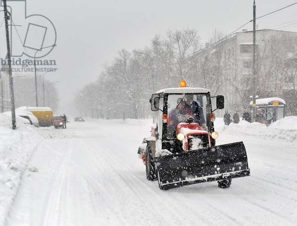 Heavy Snowfall Hits Moscow : Snow plough clearing a street in Moscow, Russia, 25/02/14 ©ITAR-TASS/UIG/Leemage