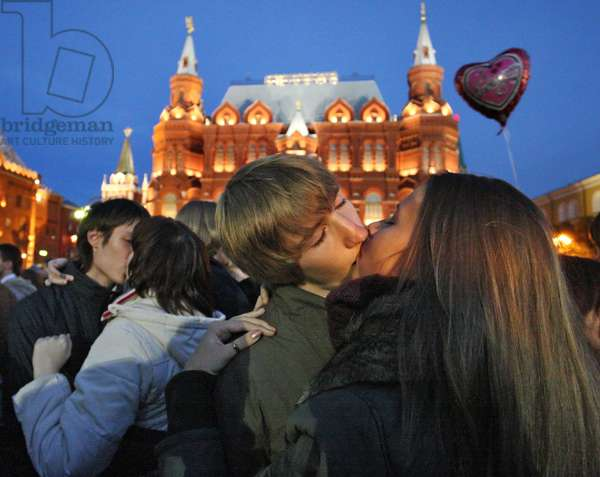 Moscow Kissing City' Event In Moscow : Boys and girls kissing during the 'Moscow kissing city' event in Manezh Square, Moscow in Russia, 17/09/11 ©ITAR-TASS/UIG/Leemage