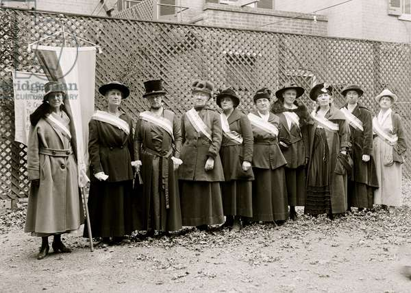 Suffragettes pose in a group 1913 (photo)