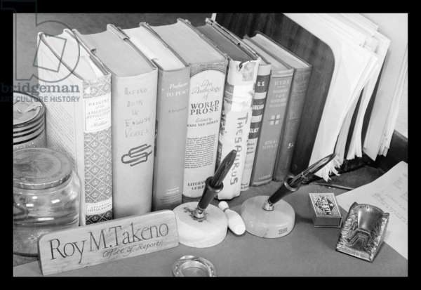 Roy Takeno's desk, Manzanar Relocation Center, California, 1943 (photo)