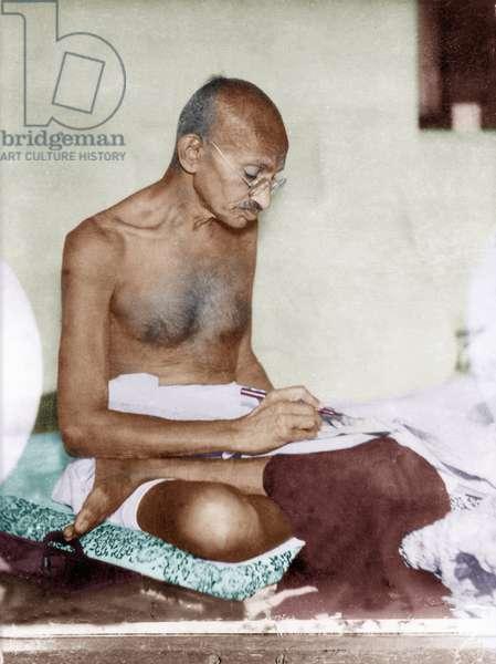 Mohandas Karamchand Gandhi dit Mahatma Gandhi (1869-1948), leader politique et spirituel indien, ecrivant, 1930 - Mahatma Gandhi, c. 1930. ©Dinodia/Uig/Leemage