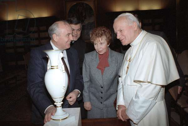 Mikhail Gorbachev And Wife With Sovereign Of Vatican City Pope John Paul II In Rome : General Secretary of the Central Committee of the CPSU Mikhail Gorbachev with his wife Raisa and Sovereign of Vatican City Pope John Paul II in Rome, Italy, 19/11/94 ©ITAR-TASS/UIG/Leemage