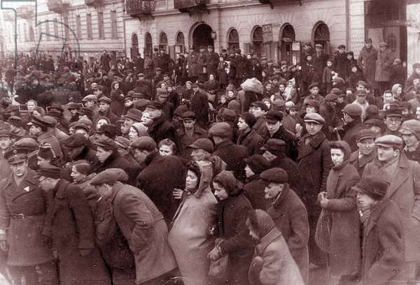 Crowds of Jews in the Warsaw ghetto, 1942