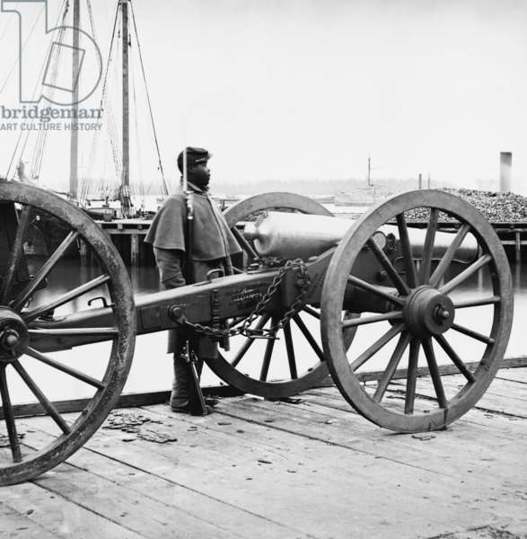 African American soldier Guards Artillery in the Civil War 1862 (photo)