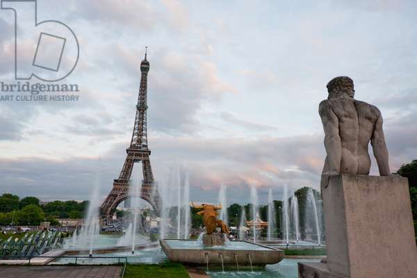 Fountains of the Trocadero Gardens and Eiffel Tower, Paris, France (photo)