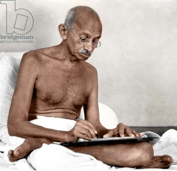 Mohandas Karamchand Gandhi dit Mahatma Gandhi (1869-1948), leader politique et spirituel indien, ecrivant a Birla Bhavan (Gandhi Smriti) aout 1942 - Mahatma Gandhi writing at Birla House, Mumbai, August 1942. ©Dinodia/Uig/Leemage