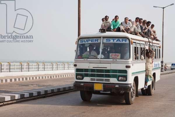 Bus On The Mahatma Gandhi Seti (Bridge) (photo)