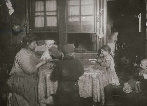 Italian family packing nuts in their tenement apartment 1911 (photo)