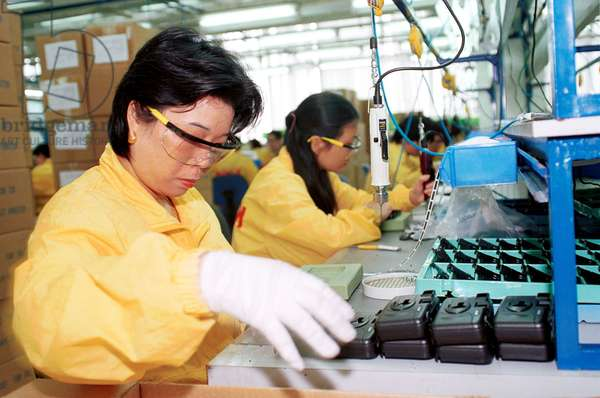 Workers of the Kodak (China) Company Ltd. are assembling cameras in the production lines Photo by Chen Fei