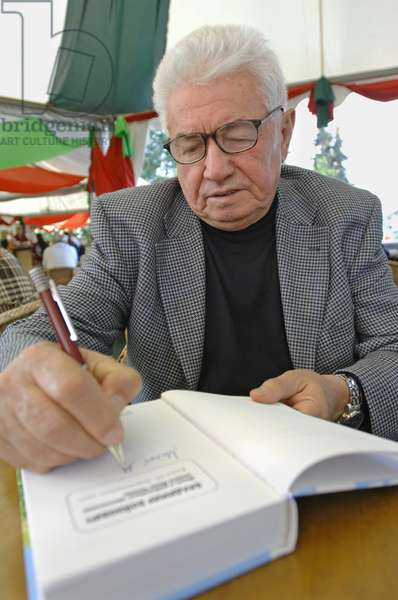 Writer Vladimir Voinovich At The Moscow International Book Fair : Writer Vladimir Voinovich presents his book at the Moscow International Book Fair in Moscow, Russia, 08/09/11 ©ITAR-TASS/UIG/Leemage