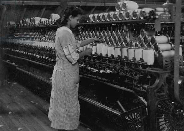 Spooler tender - American Linen Co. 1916 (photo)