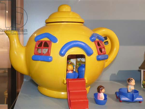 Plastic Teapot Toy House with figures