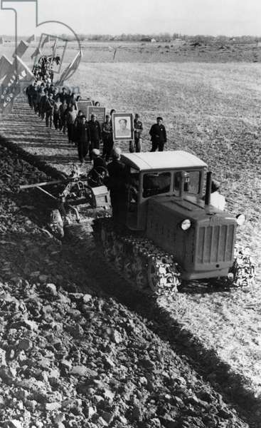 Chengchuang Agricultural Labor School. Peasants of the Chienton People's Commune in a tractor leading students into the fields to giving them lessons in agriculture during the Cultural Revolution. Hsintsai County, Hunan Province, China, 1960s