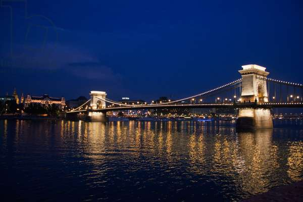 Szechenyi Chain Bridge Over the Danube River at Night, Budapest, Hungary (photo)