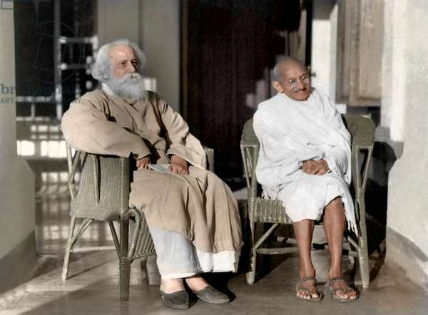 Mohandas Karamchand Gandhi dit Mahatma Gandhi (1869-1948), leader politique et spirituel indien, avec Rabindranath Tagore (1861-1941) a Santiniketan, 18 fevrier 1940 - Mahatma Gandhi with Rabindranath Tagore at Santiniketan, West Bengal, February 18, 1940. ©Dinodia/Uig/Leemage
