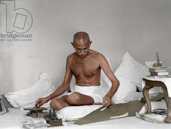 Mohandas Karamchand Gandhi dit Mahatma Gandhi (1869-1948), leader politique et spirituel indien, filant a Birla Bhavan (Gandhi Smriti) aout 1942 -Mahatma Gandhi spinning at Birla House, Mumbai, August 1942. ©Dinodia/Uig/Leemage