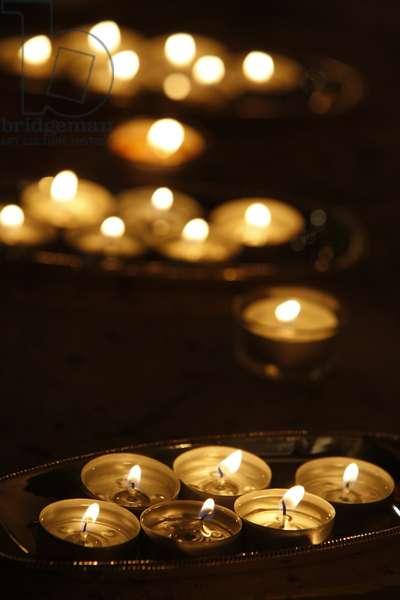 Candle offering for Wesak (Buddha's birthday (photo)