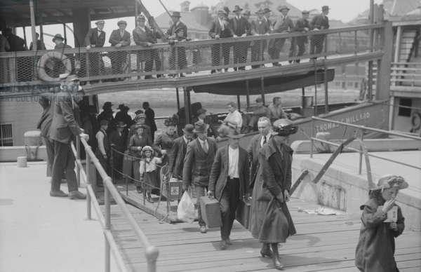 Immigrants Arriving at Ellis Island (photo)