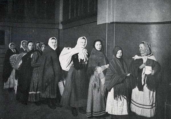 Immigrants arrive at US customs at Ellis Island