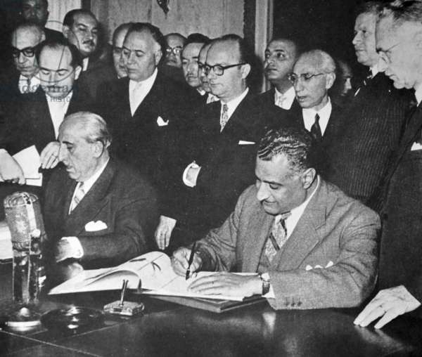 Nasser signing unity pact with Syrian president Shukri al-Quwatli, 1958