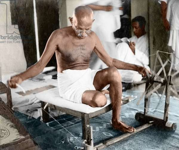 Mohandas Karamchand Gandhi dit Mahatma Gandhi (1869-1948), leader politique et spirituel indien filant a Khadi Pratisthan, Calcutta, octobre 1946 - Mahatma Gandhi spinning at Khadi Pratisthan, Sodepur, Calcutta, October 1946. ©Dinodia/Uig/Leemage