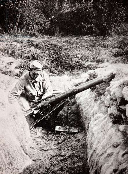 French soldier with an artillery weapon, 1914