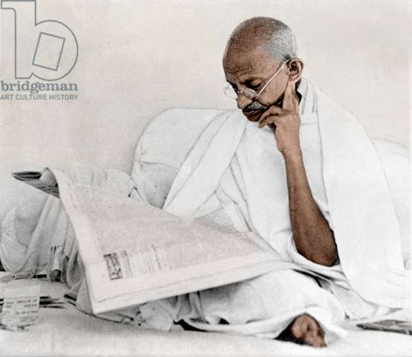 Mohandas Karamchand Gandhi dit Mahatma Gandhi (1869-1948), leader politique et spirituel indien lisant le journal, janvier 1946 - Mahatma Gandhi reading newspaper, c. January 1946. ©Dinodia/Uig/Leemage