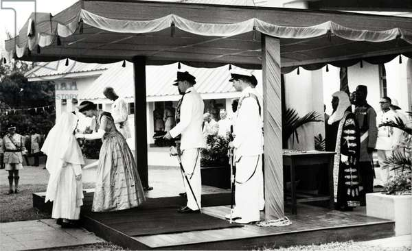 Queen Elizabeth II (Elisabeth) confers an Honorary OBE. Queen Elizabeth II confers an Honorary OBE to Reverend Mother Mary Osmund of the Roman Catholic Mission, for services to girl's education. The Queen undertook a royal tour of Nigeria with her husband, Prince Philip, Duke of Edinburgh, between 28 January and 16 February 1956. Nigeria, circa January 1956. Nigeria, Western Africa, Africa.  ©UIG/Leemage