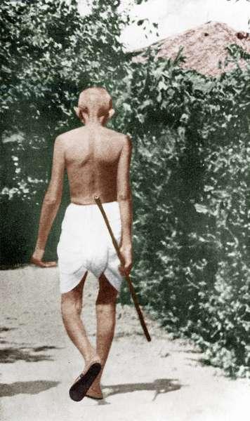 Mohandas Karamchand Gandhi dit Mahatma Gandhi (1869-1948), leader politique et spirituel indien, durant sa marche matinale,  1929 - Mahatma Gandhi during his morning walk, 1929.©Dinodia/Uig/Leemage