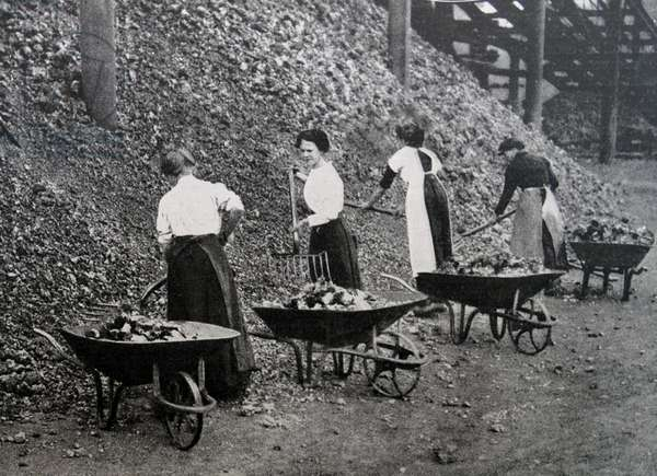 Women doing war work, 1916