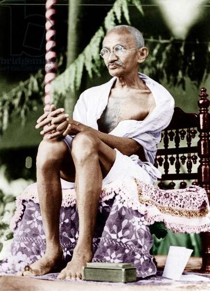 Mohandas Karamchand Gandhi dit Mahatma Gandhi (1869-1948), leader politique et spirituel indien ecoutant une adresse dans le district de Kheda (Inde), 1930 - Mahatma Gandhi receiving an address in Kheda district, 1930. ©Dinodia/Uig/Leemage