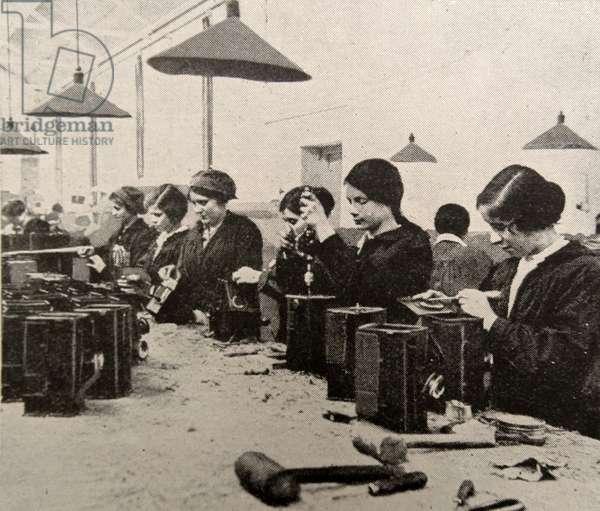 Women doing war work, 1916
