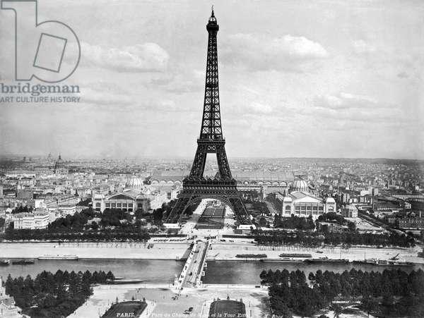 Eiffel Tower (b/w photo)