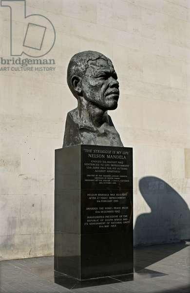 Bust of Nelson Mandela, London (photo)