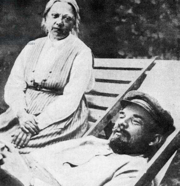 Lénine, malade, veillé par sa femme. 1924