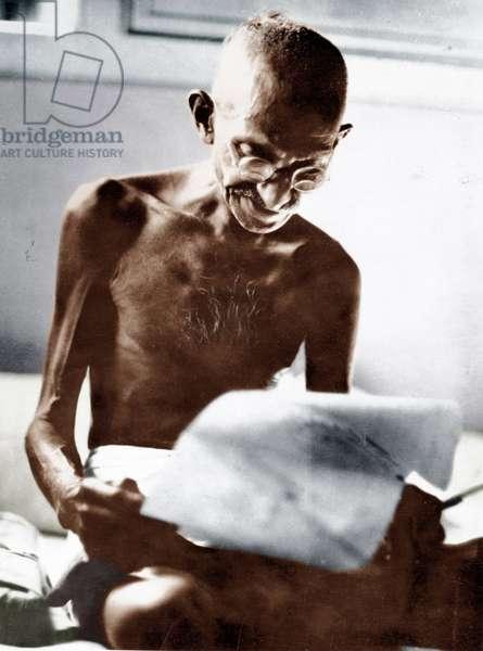 Mohandas Karamchand Gandhi dit Mahatma Gandhi (1869-1948), leader politique et spirituel indien, lisant une lettre a Mani Bhavan, Bombay (Inde), 1929 - Mahatma Gandhi reading a letter at Mani Bhavan , Bombay, 1929 ©Dinodia/Uig/Leemage